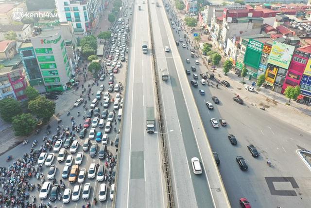 Toàn cảnh Hà Nội trong ngày đầu nới lỏng giãn cách: Đặc sản tắc đường, nhịp sống quay trở lại, người dân ùn ùn ra cửa ngõ rời Thủ đô - Ảnh 13.