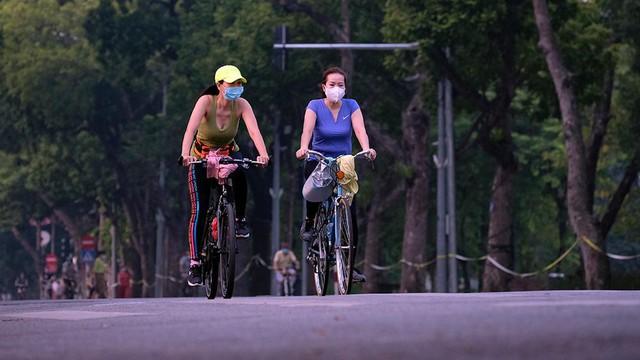 Hà Nội vừa nới lỏng giãn cách, người dân kéo nhau đi tập thể dục, chạy bộ, đạp xe - Ảnh 13.