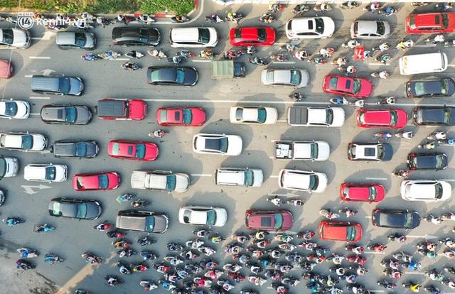 Toàn cảnh Hà Nội trong ngày đầu nới lỏng giãn cách: Đặc sản tắc đường, nhịp sống quay trở lại, người dân ùn ùn ra cửa ngõ rời Thủ đô - Ảnh 14.