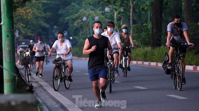 Hà Nội vừa nới lỏng giãn cách, người dân kéo nhau đi tập thể dục, chạy bộ, đạp xe - Ảnh 14.