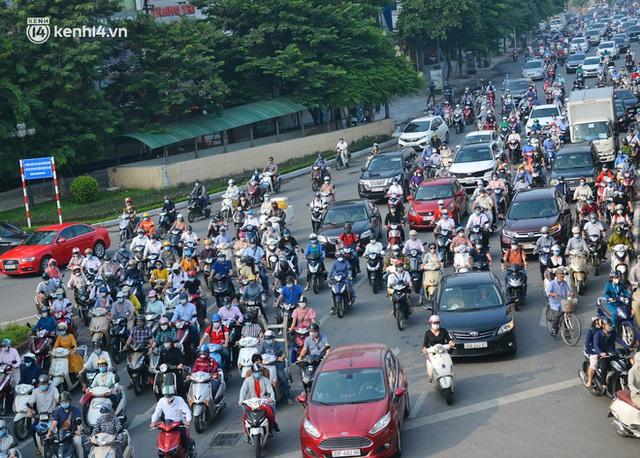 Toàn cảnh Hà Nội trong ngày đầu nới lỏng giãn cách: Đặc sản tắc đường, nhịp sống quay trở lại, người dân ùn ùn ra cửa ngõ rời Thủ đô - Ảnh 15.