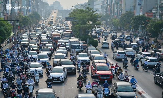 Toàn cảnh Hà Nội trong ngày đầu nới lỏng giãn cách: Đặc sản tắc đường, nhịp sống quay trở lại, người dân ùn ùn ra cửa ngõ rời Thủ đô - Ảnh 16.