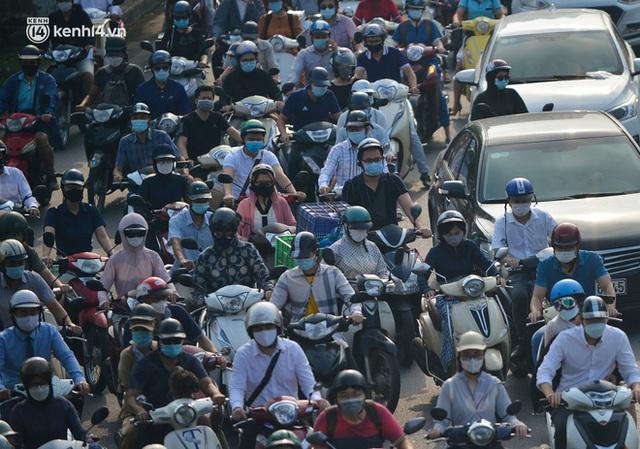 Toàn cảnh Hà Nội trong ngày đầu nới lỏng giãn cách: Đặc sản tắc đường, nhịp sống quay trở lại, người dân ùn ùn ra cửa ngõ rời Thủ đô - Ảnh 19.