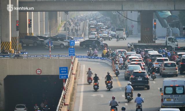 Toàn cảnh Hà Nội trong ngày đầu nới lỏng giãn cách: Đặc sản tắc đường, nhịp sống quay trở lại, người dân ùn ùn ra cửa ngõ rời Thủ đô - Ảnh 20.