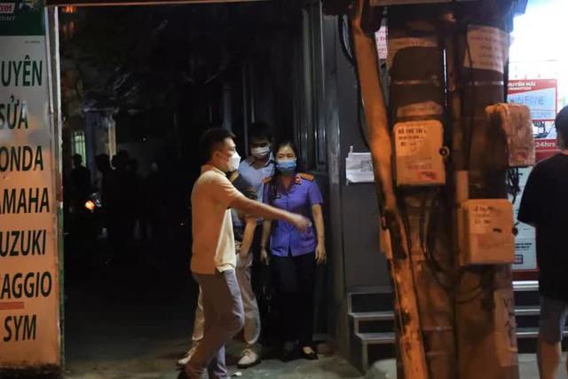 CLIP: Khám xét nhà Trưởng phòng Cảnh sát kinh tế Công an Hà Nội  - Ảnh 4.