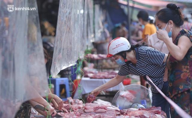 Toàn cảnh Hà Nội trong ngày đầu nới lỏng giãn cách: Đặc sản tắc đường, nhịp sống quay trở lại, người dân ùn ùn ra cửa ngõ rời Thủ đô - Ảnh 3.