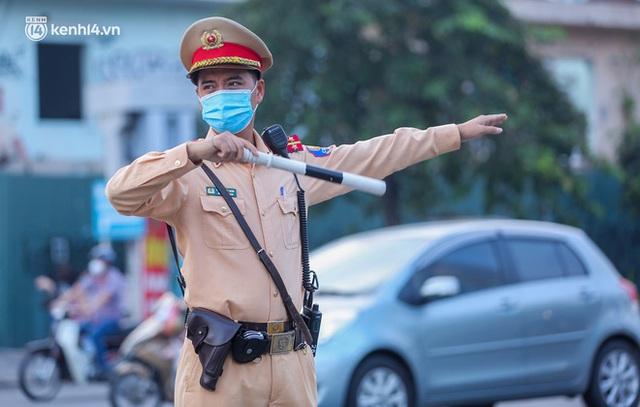 Toàn cảnh Hà Nội trong ngày đầu nới lỏng giãn cách: Đặc sản tắc đường, nhịp sống quay trở lại, người dân ùn ùn ra cửa ngõ rời Thủ đô - Ảnh 21.