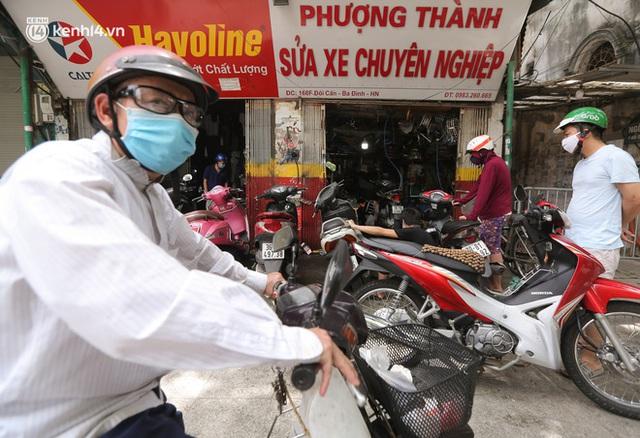 Toàn cảnh Hà Nội trong ngày đầu nới lỏng giãn cách: Đặc sản tắc đường, nhịp sống quay trở lại, người dân ùn ùn ra cửa ngõ rời Thủ đô - Ảnh 26.