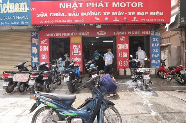 Toàn cảnh Hà Nội trong ngày đầu nới lỏng giãn cách: Đặc sản tắc đường, nhịp sống quay trở lại, người dân ùn ùn ra cửa ngõ rời Thủ đô - Ảnh 29.