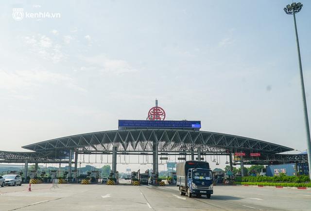 Toàn cảnh Hà Nội trong ngày đầu nới lỏng giãn cách: Đặc sản tắc đường, nhịp sống quay trở lại, người dân ùn ùn ra cửa ngõ rời Thủ đô - Ảnh 30.