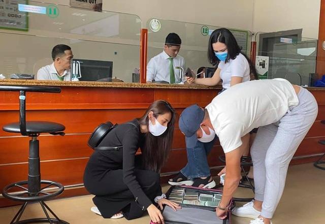 Thủy Tiên sáng rút 20 tỷ tiền mặt ở Sài Gòn, trưa rút 10 tỷ tại Huế, dân mạng phân tích 3 điểm bất thường - Ảnh 4.