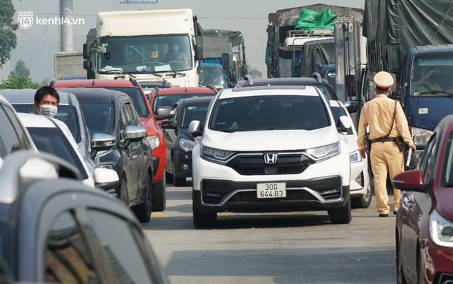 Toàn cảnh Hà Nội trong ngày đầu nới lỏng giãn cách: Đặc sản tắc đường, nhịp sống quay trở lại, người dân ùn ùn ra cửa ngõ rời Thủ đô - Ảnh 31.