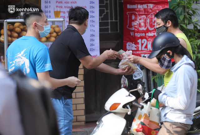 Toàn cảnh Hà Nội trong ngày đầu nới lỏng giãn cách: Đặc sản tắc đường, nhịp sống quay trở lại, người dân ùn ùn ra cửa ngõ rời Thủ đô - Ảnh 6.