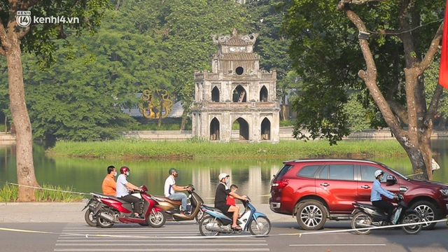 Toàn cảnh Hà Nội trong ngày đầu nới lỏng giãn cách: Đặc sản tắc đường, nhịp sống quay trở lại, người dân ùn ùn ra cửa ngõ rời Thủ đô - Ảnh 7.