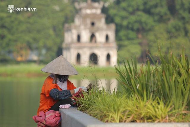 Toàn cảnh Hà Nội trong ngày đầu nới lỏng giãn cách: Đặc sản tắc đường, nhịp sống quay trở lại, người dân ùn ùn ra cửa ngõ rời Thủ đô - Ảnh 8.