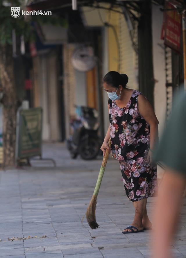Toàn cảnh Hà Nội trong ngày đầu nới lỏng giãn cách: Đặc sản tắc đường, nhịp sống quay trở lại, người dân ùn ùn ra cửa ngõ rời Thủ đô - Ảnh 9.
