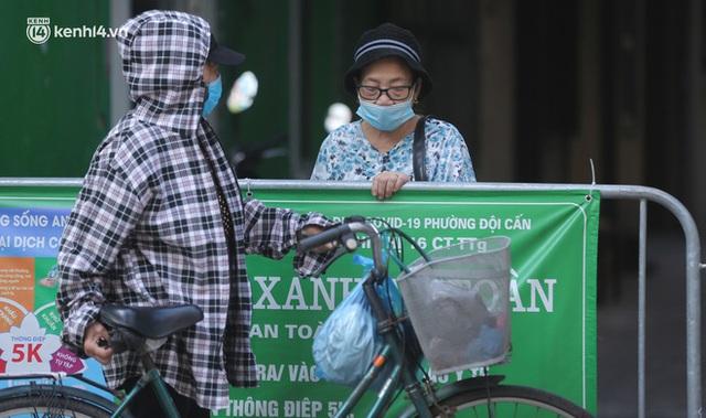 Toàn cảnh Hà Nội trong ngày đầu nới lỏng giãn cách: Đặc sản tắc đường, nhịp sống quay trở lại, người dân ùn ùn ra cửa ngõ rời Thủ đô - Ảnh 10.