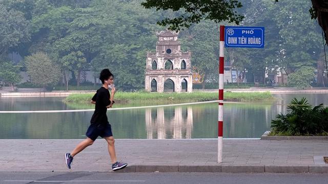 Hà Nội vừa nới lỏng giãn cách, người dân kéo nhau đi tập thể dục, chạy bộ, đạp xe - Ảnh 10.