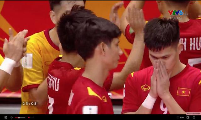 Cầu thủ ghi bàn cho futsal Việt Nam ở World Cup ôm mặt buồn bã sau thất bại, xúc động gửi gắm tâm sự - Ảnh 1.