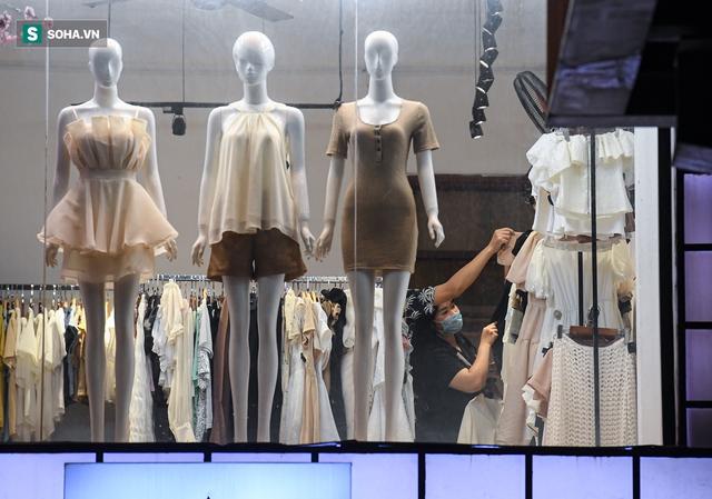 Hà Nội: Phố thời trang, nội thất mở cửa công khai dù chưa được phép - Ảnh 2.