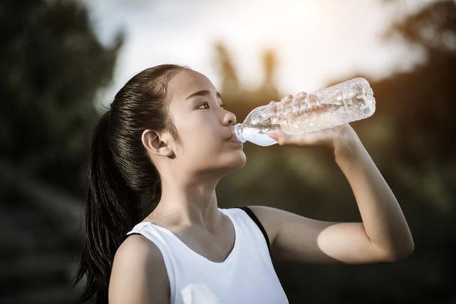 3 thói quen tiêu thụ nước lọc đang âm thầm phá hủy thận của bạn, thật đáng tiếc khi nhiều người vẫn đang mắc phải! - Ảnh 2.