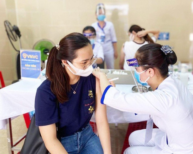 Bộ Y tế phân bổ hơn 660.000 liều vắc xin Pfizer và AstraZeneca cho TPHCM  - Ảnh 1.