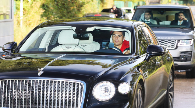 Xe và điện thoại của Cristiano Ronaldo cùng lúc gây xôn xao dư luận: Lái chiếc Bentley tay lái khác người ở Anh, giàu như thế nhưng vẫn dùng Huawei đời cũ - Ảnh 3.