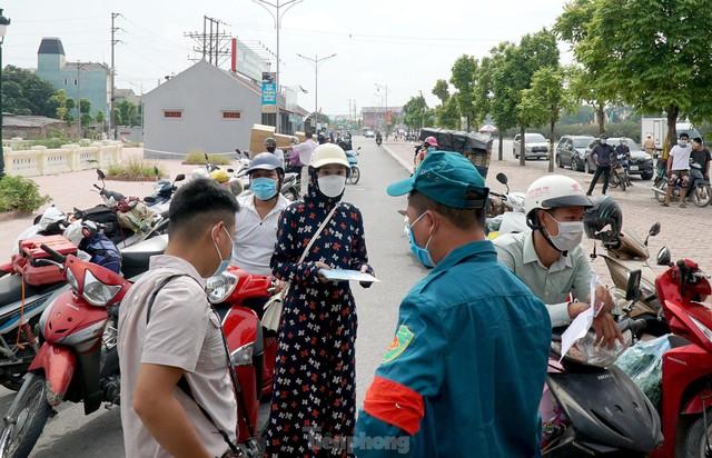 Thiếu giấy tờ, người dân buộc phải quay đầu tại cửa ngõ Hà Nội - Ảnh 3.