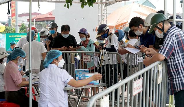 Thiếu giấy tờ, người dân buộc phải quay đầu tại cửa ngõ Hà Nội - Ảnh 5.