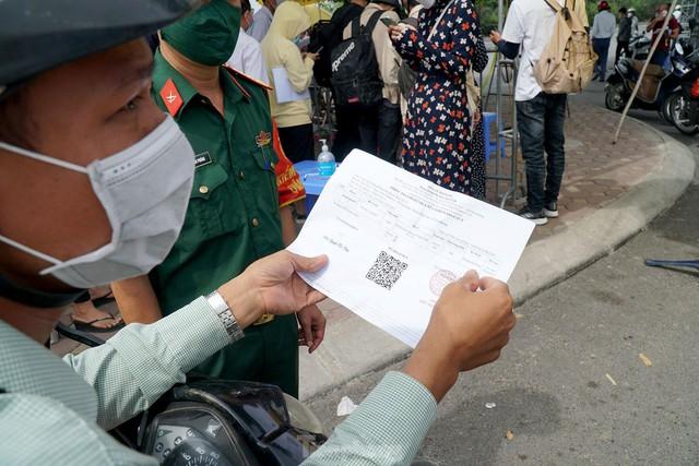 Thiếu giấy tờ, người dân buộc phải quay đầu tại cửa ngõ Hà Nội - Ảnh 9.