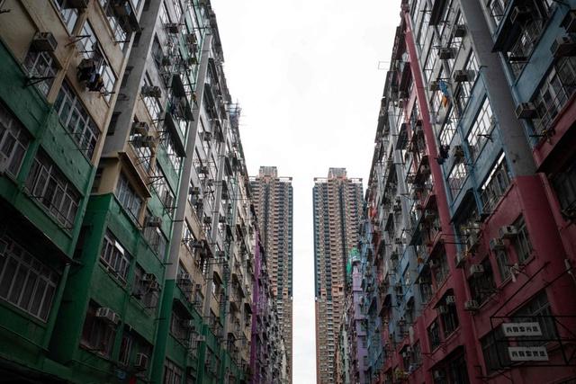 Giá nhà tăng cao chóng mặt, nhiều người buộc phải sống trong các căn hộ quan tài ở Hong Kong, kích thước chỉ bằng 2 chiếc giường - Ảnh 1.
