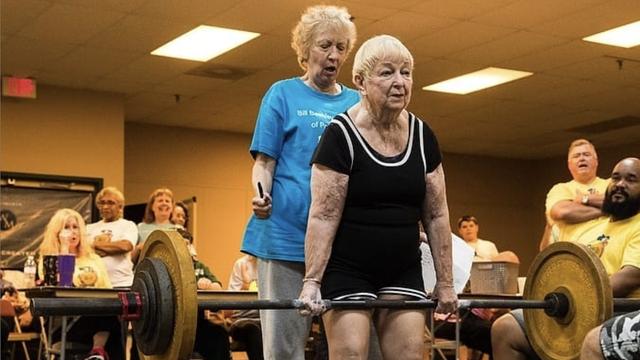 Cụ bà 100 tuổi lập kỷ lục trở thành VĐV nâng tạ lớn tuổi nhất thế giới, bí quyết khiến nhiều người bất ngờ - Ảnh 1.