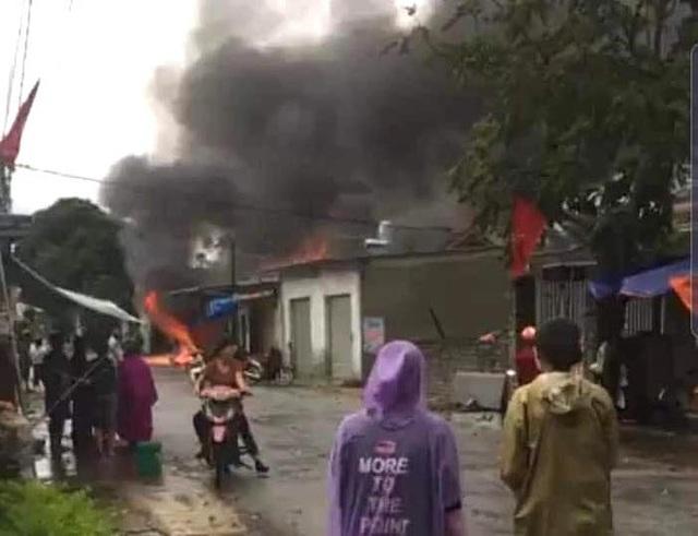 Cháy lớn ở cửa hàng gas, khói và lửa bốc cao hàng chục mét - Ảnh 1.