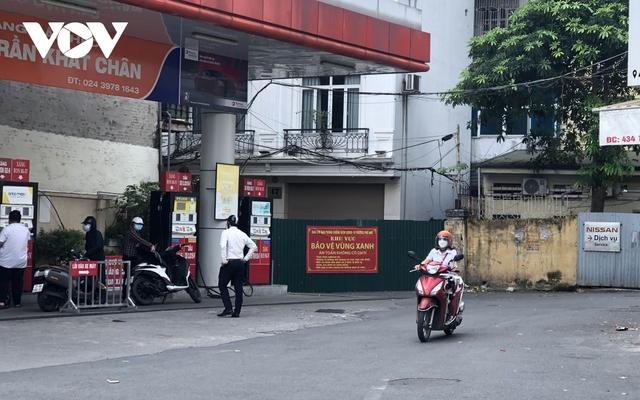 Nhiều ngõ, xóm ở Hà Nội vẫn rào chặt, chốt kiểm soát thả lỏng người ra vào - Ảnh 2.