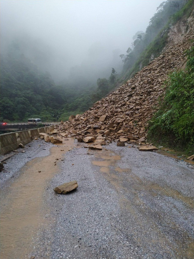 Clip: Sạt lở núi kinh hoàng, bít đường lên cửa khẩu Cầu Treo  - Ảnh 2.