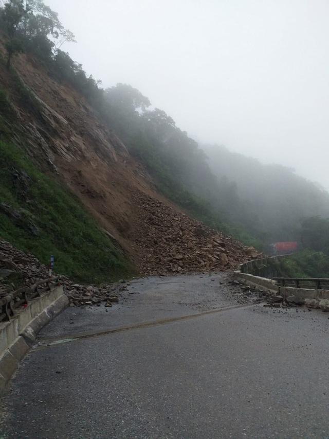 Clip: Sạt lở núi kinh hoàng, bít đường lên cửa khẩu Cầu Treo  - Ảnh 3.
