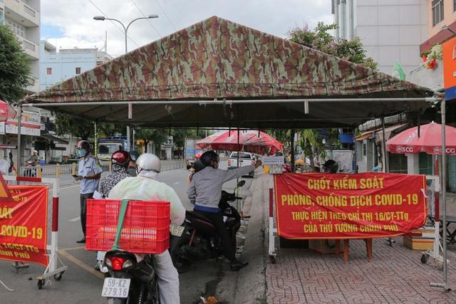 Người dân TP HCM mong chờ ngày tháo bớt các chốt chặn  - Ảnh 2.