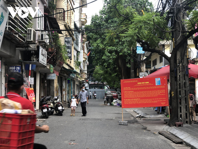 Nhiều ngõ, xóm ở Hà Nội vẫn rào chặt, chốt kiểm soát thả lỏng người ra vào - Ảnh 3.