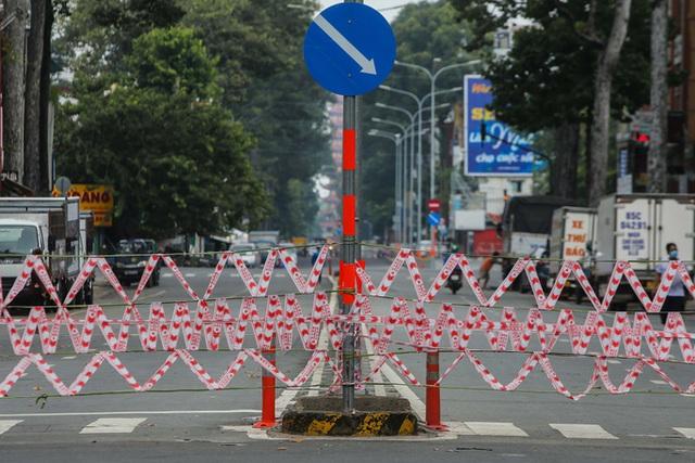 Người dân TP HCM mong chờ ngày tháo bớt các chốt chặn  - Ảnh 3.