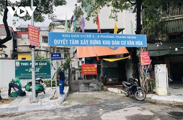 Nhiều ngõ, xóm ở Hà Nội vẫn rào chặt, chốt kiểm soát thả lỏng người ra vào - Ảnh 4.