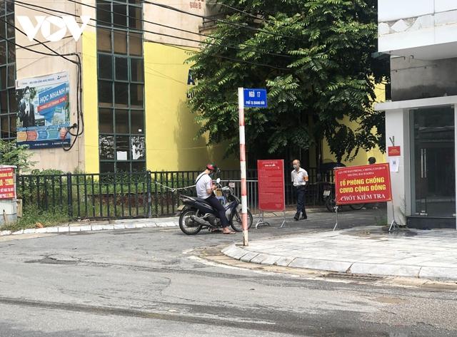 Nhiều ngõ, xóm ở Hà Nội vẫn rào chặt, chốt kiểm soát thả lỏng người ra vào - Ảnh 5.
