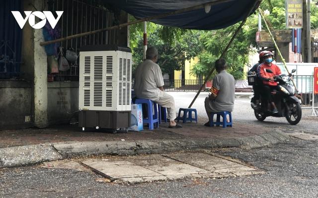 Nhiều ngõ, xóm ở Hà Nội vẫn rào chặt, chốt kiểm soát thả lỏng người ra vào - Ảnh 6.