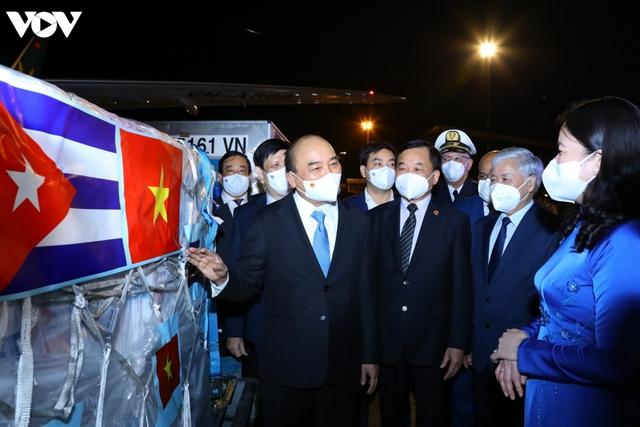Ảnh: Chuyên cơ chở Chủ tịch nước Nguyễn Xuân Phúc về đến Hà Nội cùng lượng lớn vacinne - Ảnh 7.