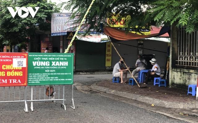 Nhiều ngõ, xóm ở Hà Nội vẫn rào chặt, chốt kiểm soát thả lỏng người ra vào - Ảnh 7.