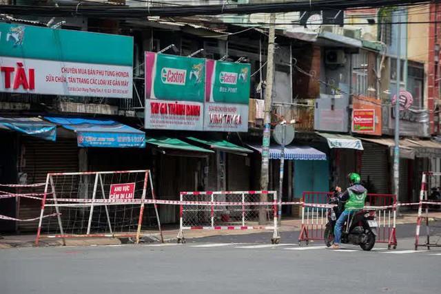 Người dân TP HCM mong chờ ngày tháo bớt các chốt chặn  - Ảnh 7.