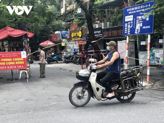 Nhiều ngõ, xóm ở Hà Nội vẫn rào chặt, chốt kiểm soát thả lỏng người ra vào - Ảnh 8.
