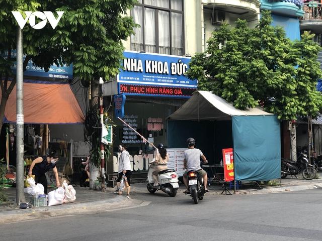 Nhiều ngõ, xóm ở Hà Nội vẫn rào chặt, chốt kiểm soát thả lỏng người ra vào - Ảnh 10.