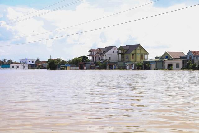 Hình ảnh chưa từng có trong tâm lụt tại Nghệ An - Ảnh 2.