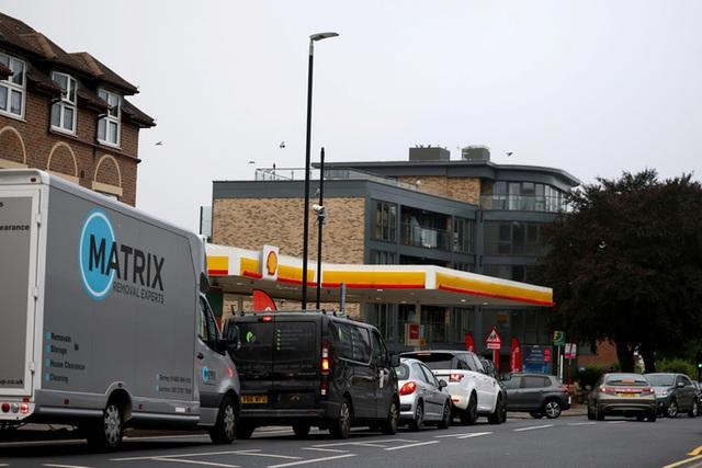 Hàng loạt trạm xăng tại Anh cạn nhiên liệu, đứt gãy nguồn cung  - Ảnh 1.