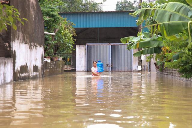 Hình ảnh chưa từng có trong tâm lụt tại Nghệ An - Ảnh 6.